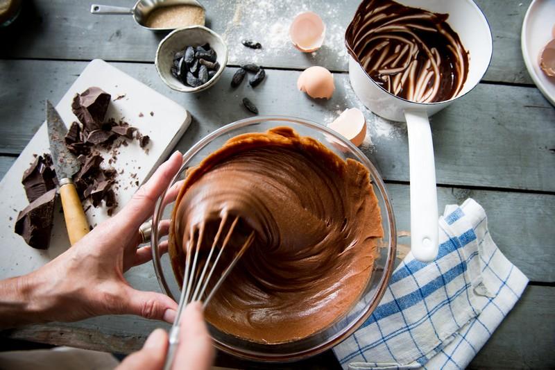 preparation du gâteau au chocolat avec ganache feve tonka